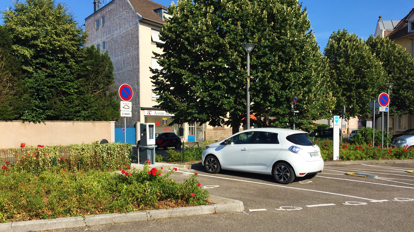 Renault Zoé electric car charging at an Izivia station