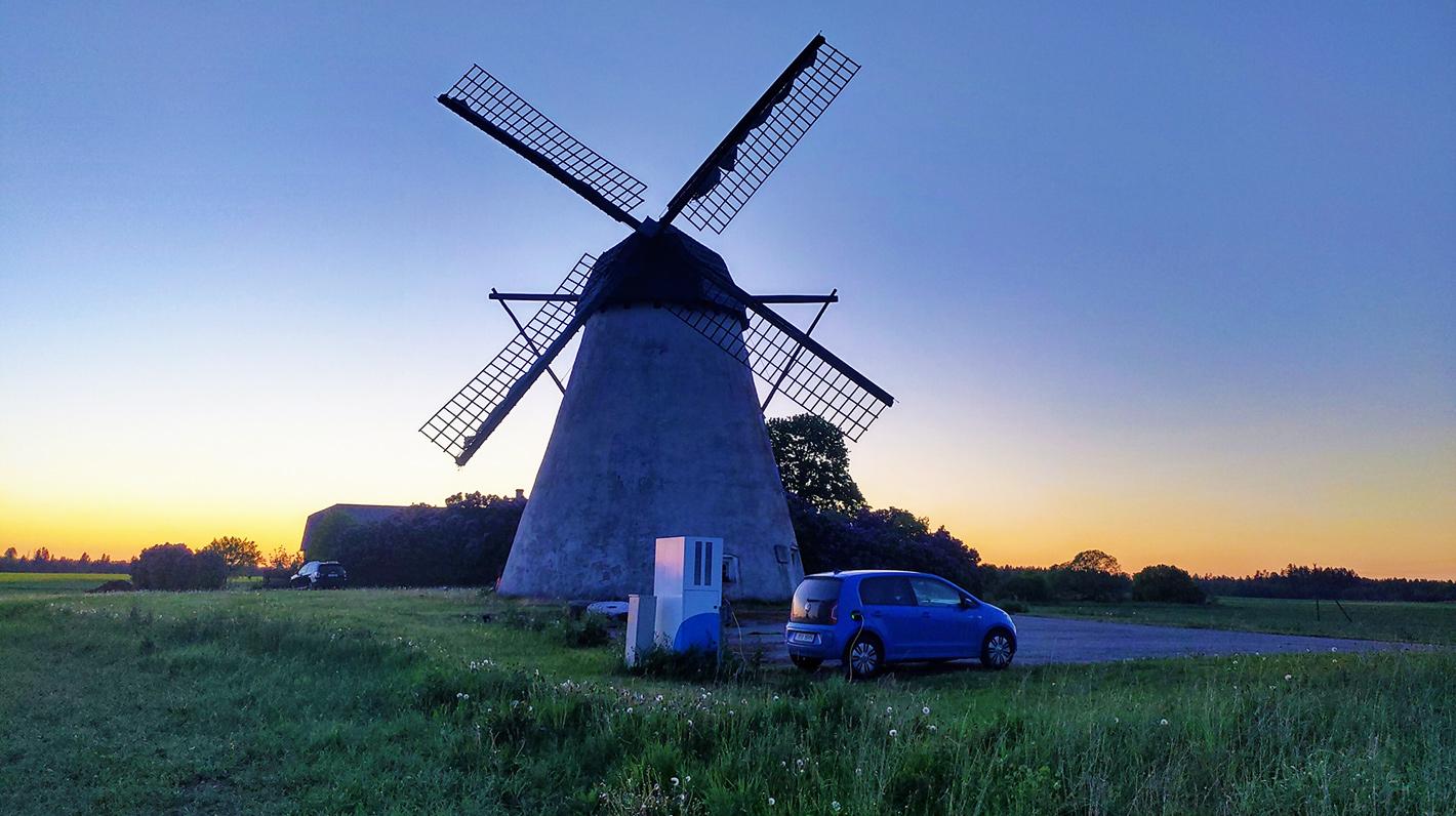 Elektroauto bei Sonnenuntergang aufladen
