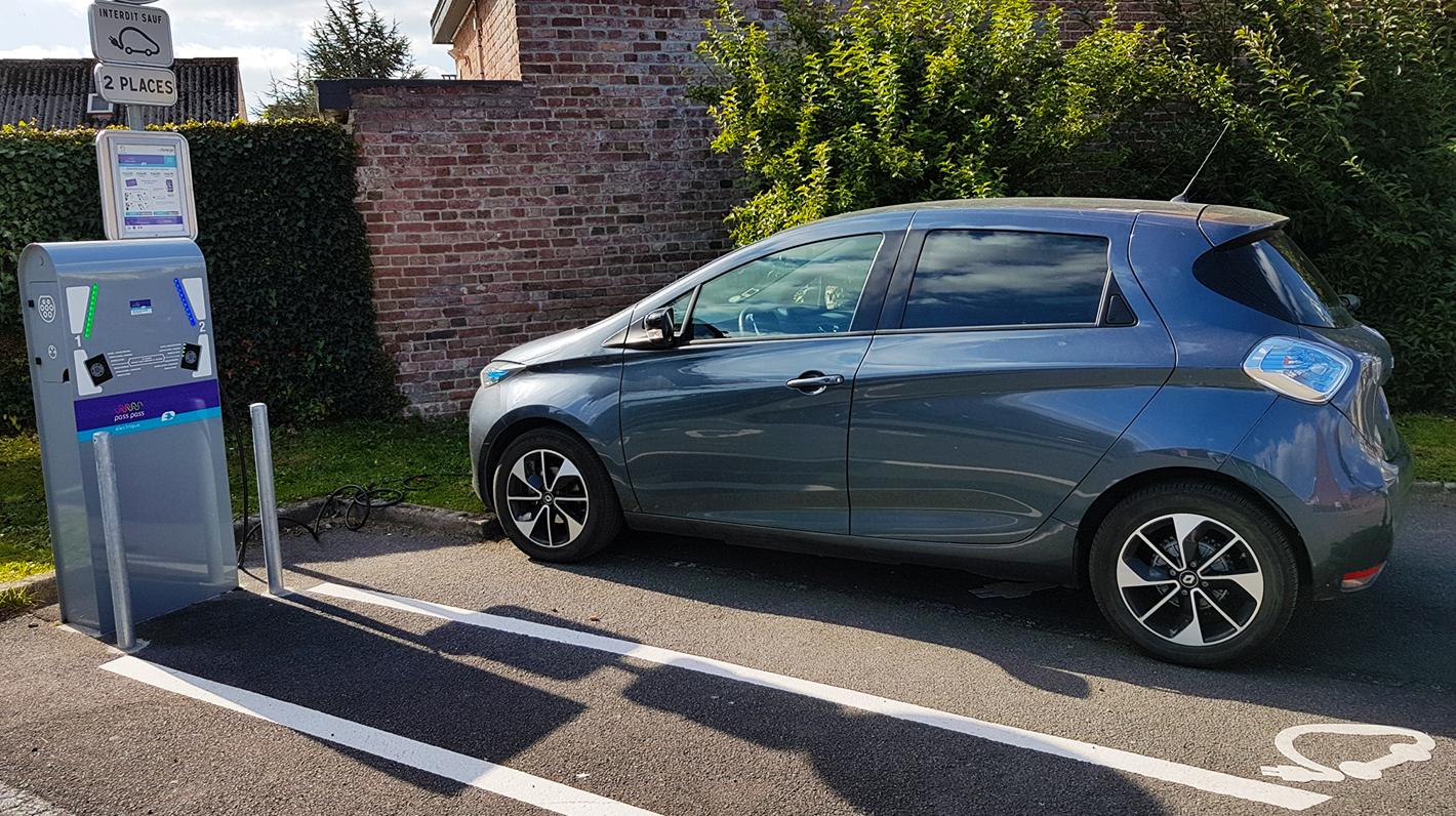Renault Zoé lädt auf einer Pass-Pass-Ladestation in Frankreich
