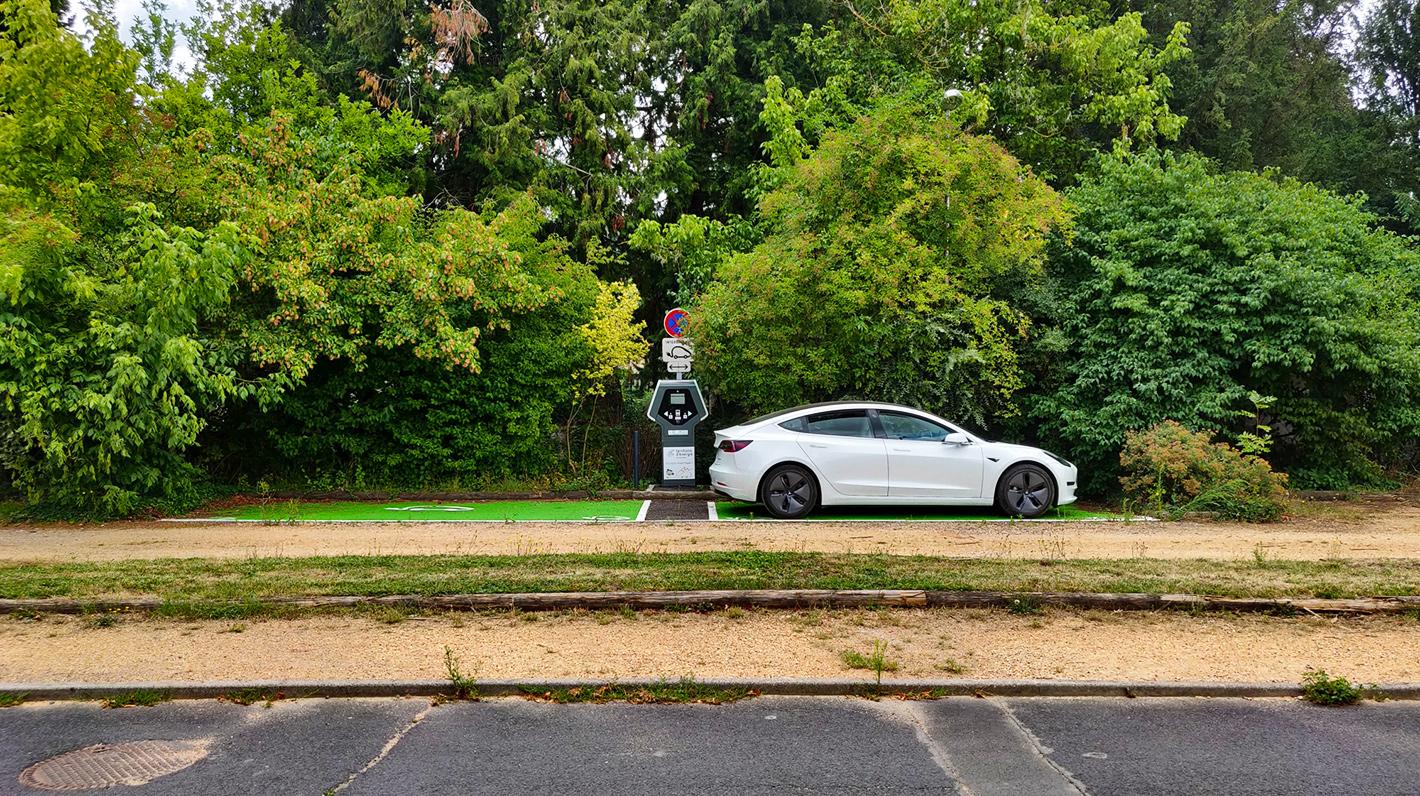Aufladen eines Tesla auf einem Chargemap-Pass-kompatiblen Ladestation