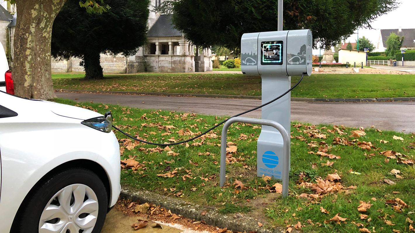 Aufladen eines Elektroautos an einer Chargemap-Pass-kompatiblen Ladestation