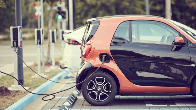Aufladen eines elektrischen Smart EQ