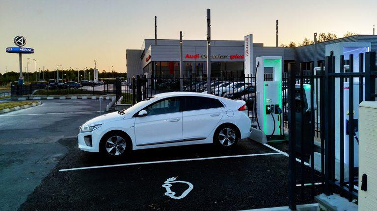 Aufladen eines Elektroautos an einem Station des Allego-Netzwerks