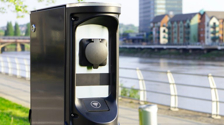 Photo d'une borne de recharge publique pour véhicules électriques