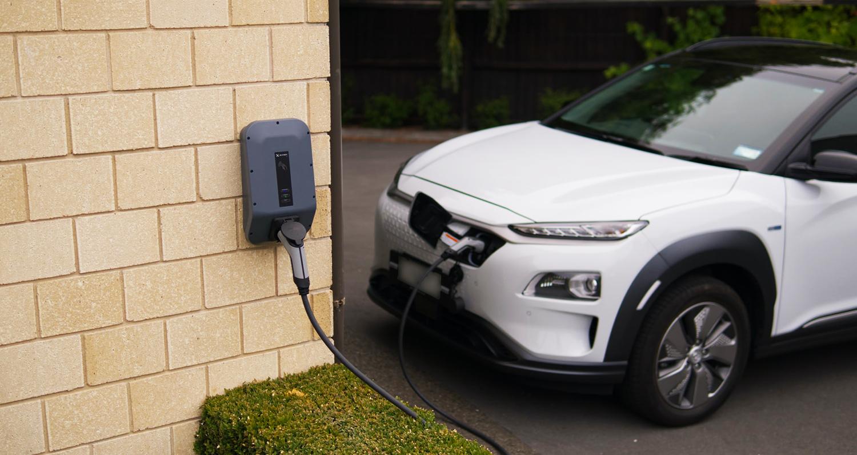 Aufladen eines Elektrofahrzeugs zu Hause