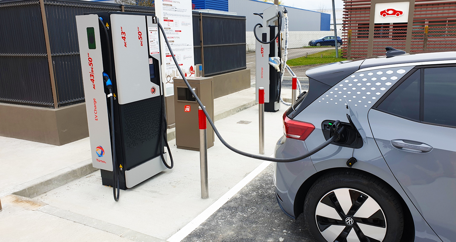 Electric vehicle of a Chargemap Pass customer connected to a Total charging station